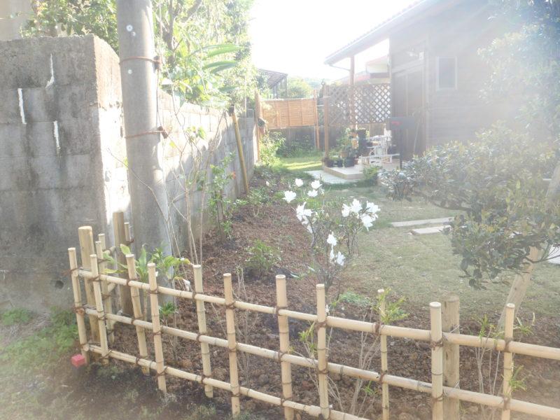 竹垣とツツジ